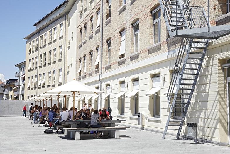 Uni Tobler/Vorplatz Mensa/Sommer/Studenten sitzen